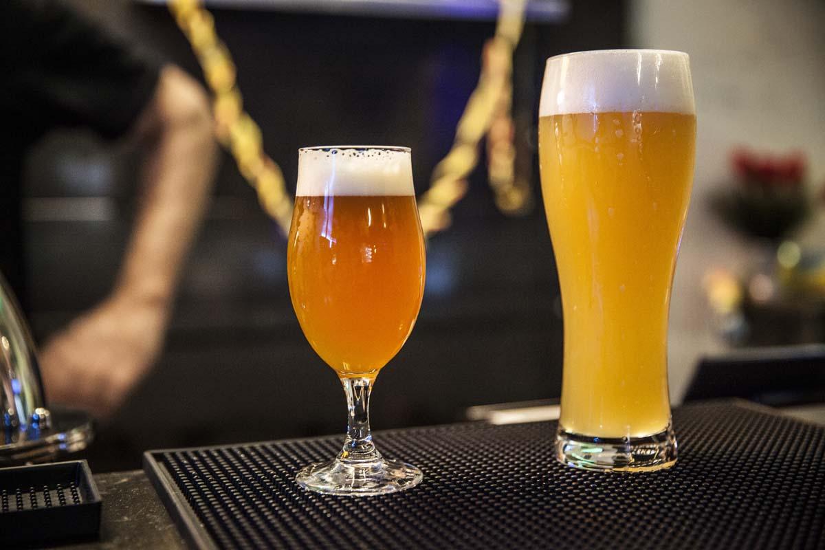 Copia di bicchieri con birra