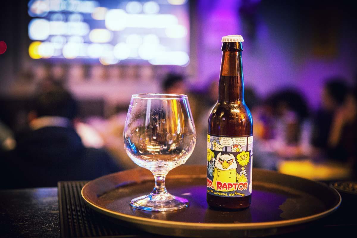 bottiglia dr raptor con bicchiere sfondo locale